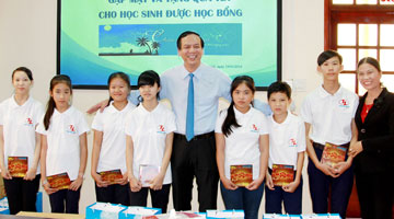 Mr Huynh Kim Lap with students from Horizon Dream in 2016 Tet