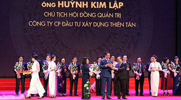 Chairman of Thien Tan Group honored to receive Thánh Gióng trophy